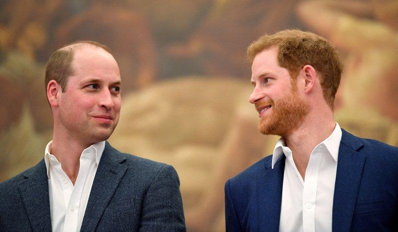英國威廉王子與哈利王子,攝於2018年4月。根據一本新書爆料,哈利的妻子梅根同年10月被告發霸凌王室幕僚後,哈利與威廉曾在電話為此憤怒地大吵一架,哈利最後掛了威廉電話,威廉則決定分家以跟梅根保持距離。路透