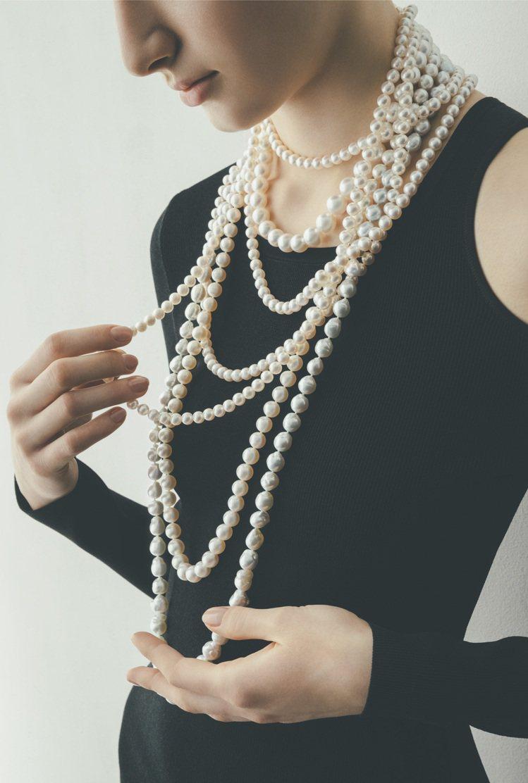 堆疊排舖的多圈式串珠項鍊,和深色衣物結合更能襯托出靈動的浪漫氣息。圖 / TAS...