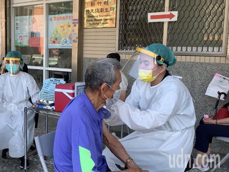 新竹縣已展開第2波社區長者AZ疫苗接種。記者巫鴻瑋/攝影