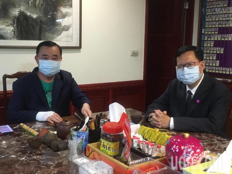 桃園市議會議長邱奕勝(左)呼籲市長鄭文燦(右)跟進台中開放鄰長接種疫苗做法。本報...