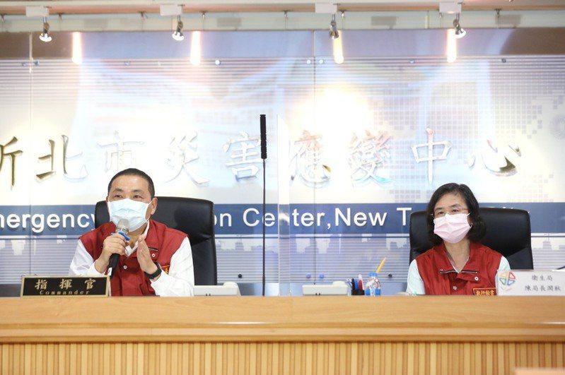 新北市長侯友宜(左)、衛生局長陳潤秋(右)。圖/新北市新聞局提供