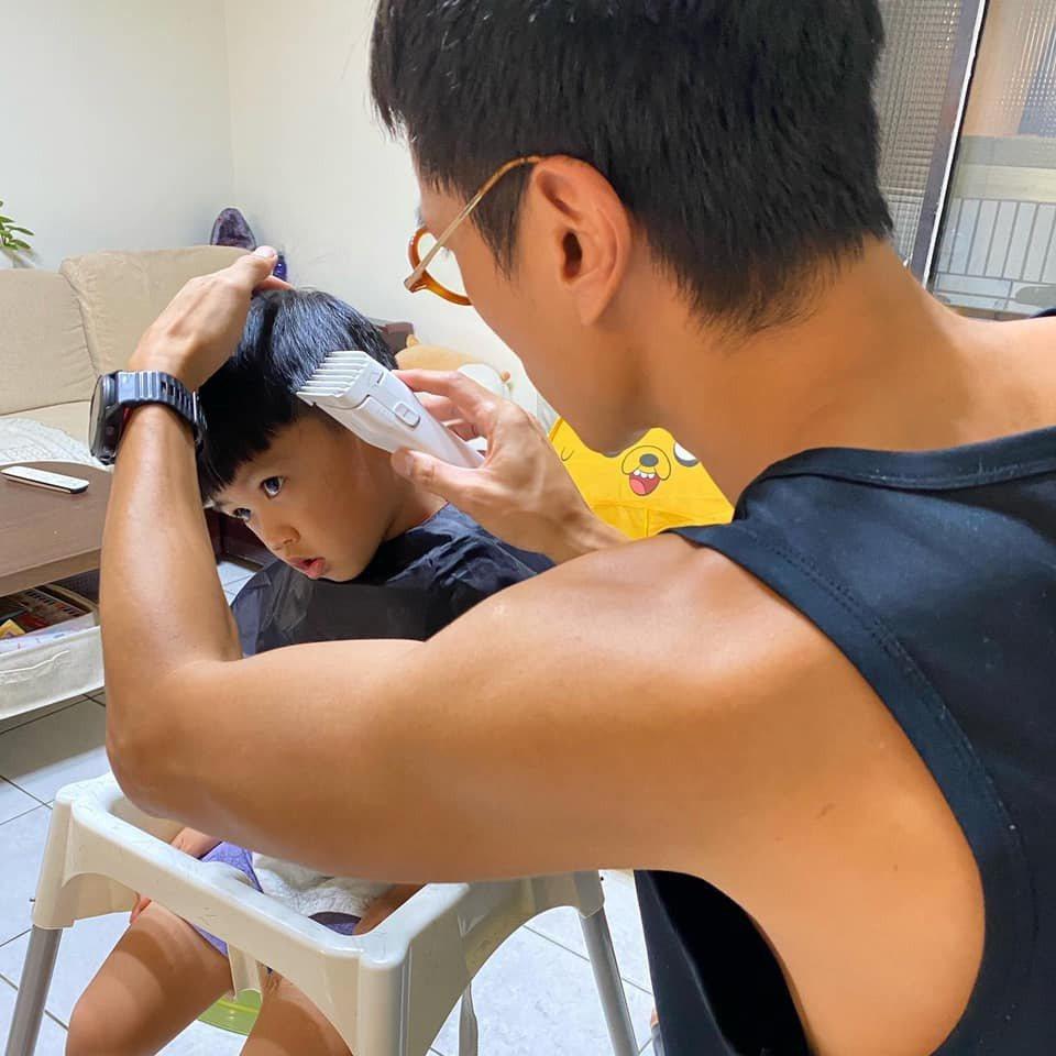 鍾承翰幫兒子剪頭髮。圖/摘自臉書