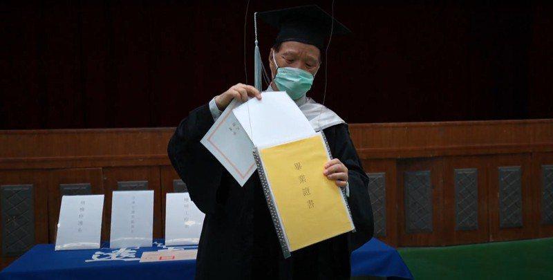遠東科大今用無人機分送畢業證書。圖/校方提供