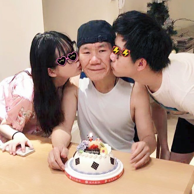 趙傳(中)昨喜迎60歲大壽,一雙兒女貼心為他慶生。圖/旋風音樂提供