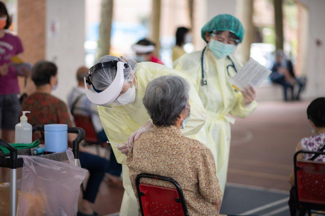南投縣今天再傳兩件疑似注射疫苗死亡案例,影響老人接種疫苗意願。圖/南投縣政府提供