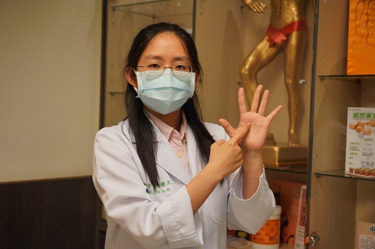 陳藝文醫師傳授隱形缺氧預防和緊急狀況時穴道按摩方法。圖/聯新國際醫院提供