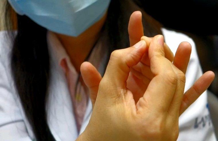 中衝穴的位置在手掌中指尖的中央。圖/聯新國際醫院提供