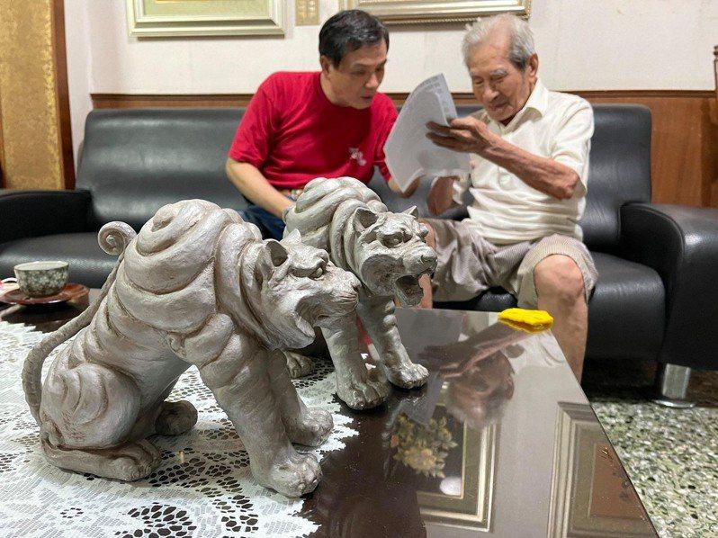 漆藝大師王清霜(右)看到恩師黑岩淺哉設計的「阿哞虎」,80年前學藝經過歷歷在目。圖/梁志忠提供