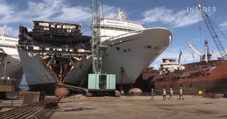 在新冠肺炎爆發大流行之前,阿利亞加的22個拆船廠一年通常只拆解幾十艘貨船。但隨著疫情重挫與衝擊郵輪產業,越來越多豪華郵輪被送來拆解。圖/翻攝自YouTube/Business Insider