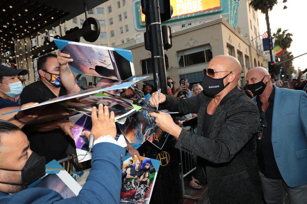 馮迪索為等在星光大道旁的影迷簽名,彼此都不忘戴上口罩。圖/UIP提供