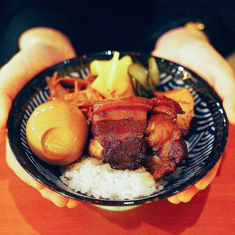 「HiBoRu嗨啵嚕」的波本威士忌控肉便當(180元),軟嫩控肉目前已在不少消費...