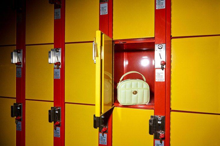 可愛的Lunchbox躲在學校的置物櫃裡。圖/COACH提供