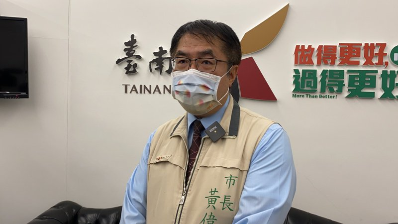 台南市長黃偉哲今晚宣布75歲以上長者開放施打AZ疫苗。記者鄭維真/攝影