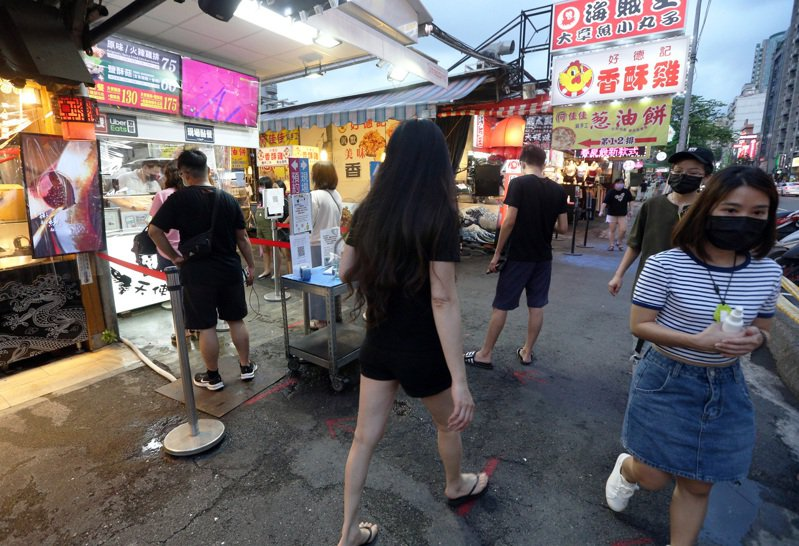 高雄瑞豐夜市復業後迎接第一個周末假期,人潮明顯回流。記者劉學聖/攝影