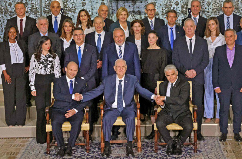 以色列新內閣13日合影,前排左至右為新總理班奈特,即將卸任的以色列總統李佛林,以及預定兩年後接班的拉皮德。法新社
