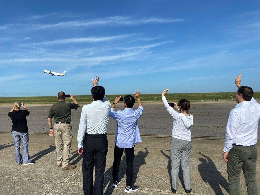 美國政府捐贈台灣的250萬劑莫德納疫苗美東時間19日上午由田納西州曼菲斯機場起飛...