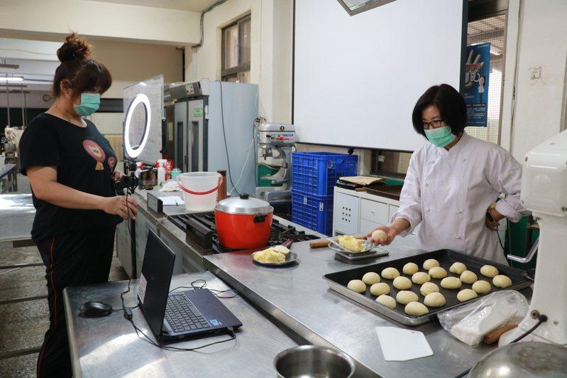 疫情下實施遠距教學,術科老師們為上課使出渾身解數。圖為台南市長榮女中餐旅群科線上教作烘焙。 記者鄭惠仁/攝影