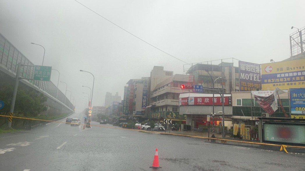 高雄市三民區澄清路積淹水情形。記者邱奕能/翻攝