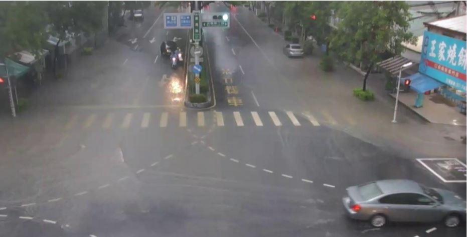 高雄市鳳山行政中心前道路積淹水。圖/高雄市政府水利局提供