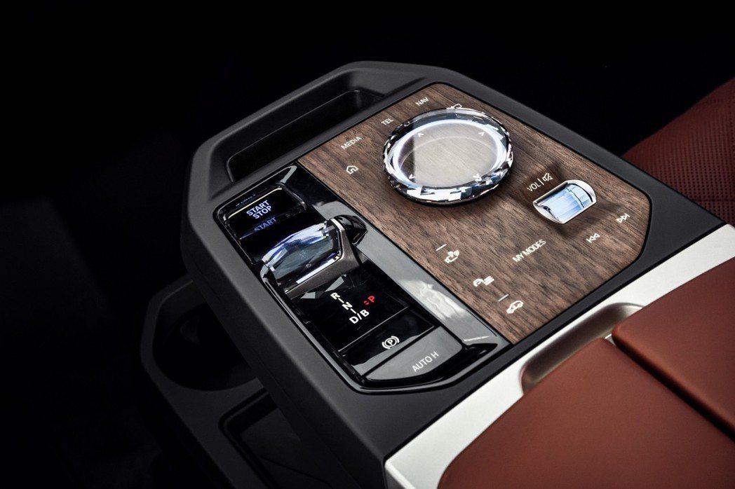 全新排檔座設計、iDrive水晶觸控旋鈕操作介面搭配FSC森林管理委員會認證木材...
