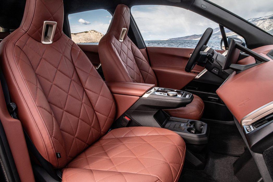 採用橄欖葉萃取物鞣製的Castanea真皮材質一體式真皮座椅,展現BMW重視永續...