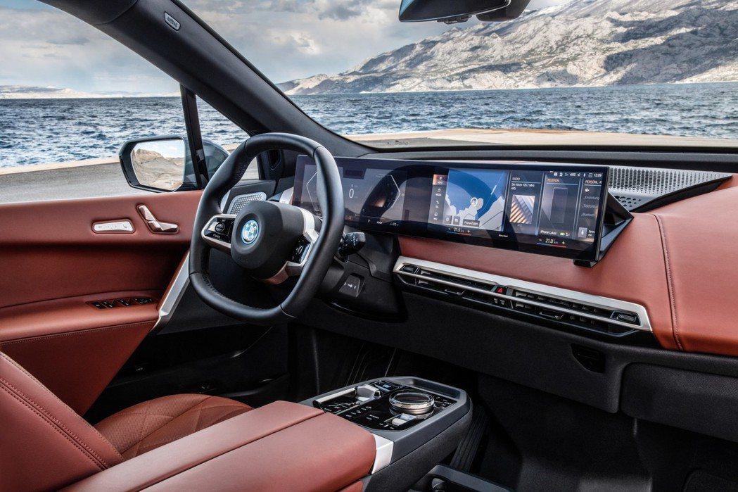 全新iX採用一體式曲面螢幕(12.3吋虛擬數位儀錶與14.9吋中控觸控螢幕),搭...