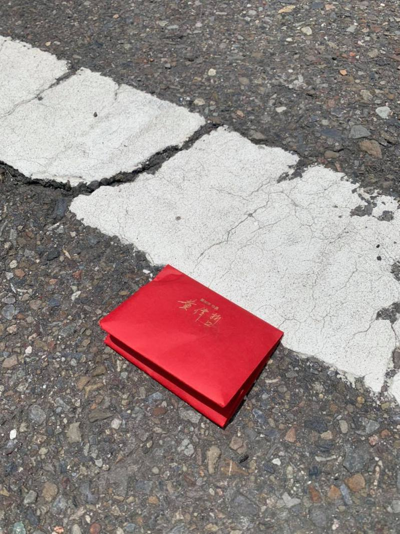 台南一間喫茶店發現門口地上有份紅包,上面還有台南市長黃偉哲的名字,沒想到貼文引來本人親自留言。 圖/翻攝自「Kadoya喫茶店」臉書
