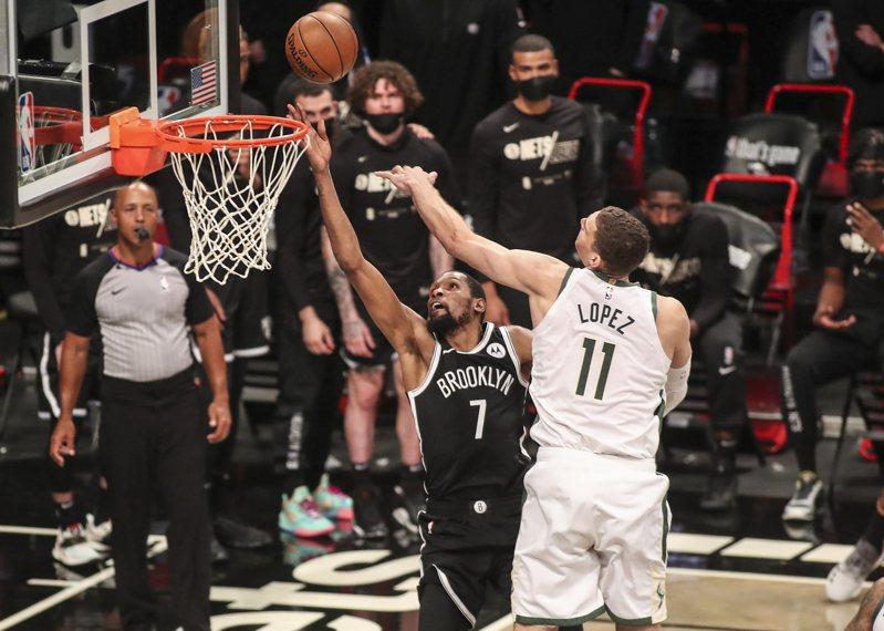 籃網隊杜蘭特(左)進攻,公鹿隊洛培茲防守。 路透社