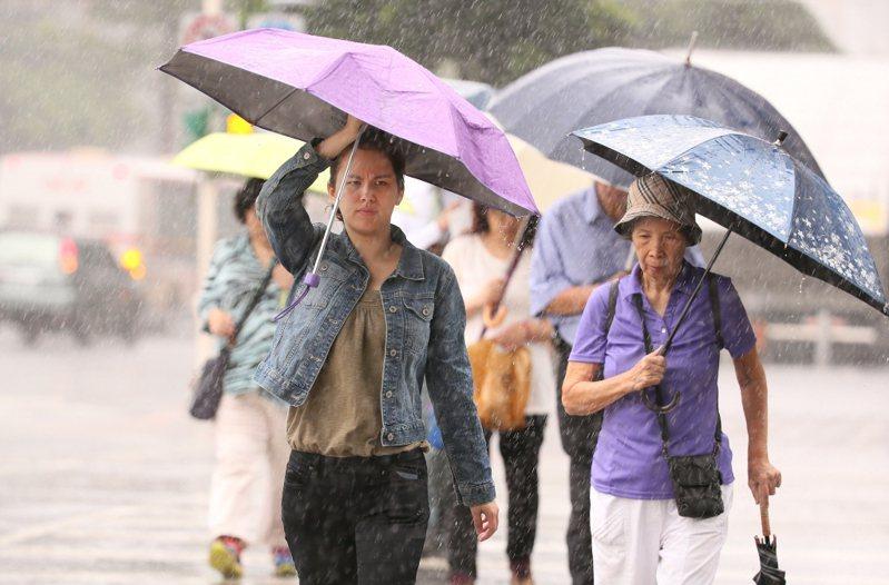 示意圖。中央氣象局發布豪雨特報,西南風影響,易有短延時強降雨,今(20)日高雄市及屏東縣有局部大雨或豪雨,南投、雲林至台南地區有局部大雨發生的機率。 本報資料照片