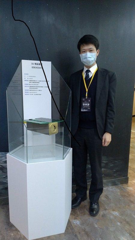 陽翼先進科技執行長張懷謙,今年1月與飛鼠立方衛星模型合影。   陽翼先進科技/提...