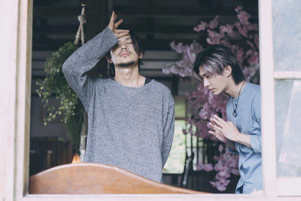 金鐘視帝姚淳耀(左)在影集「我願意」飾演邪教教主,炎亞綸(右)飾演的大明星是他的