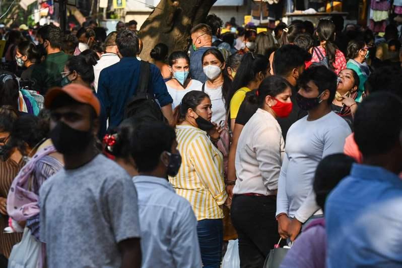 印度首都的市場,擠滿了出門透氣的人群。 法新社