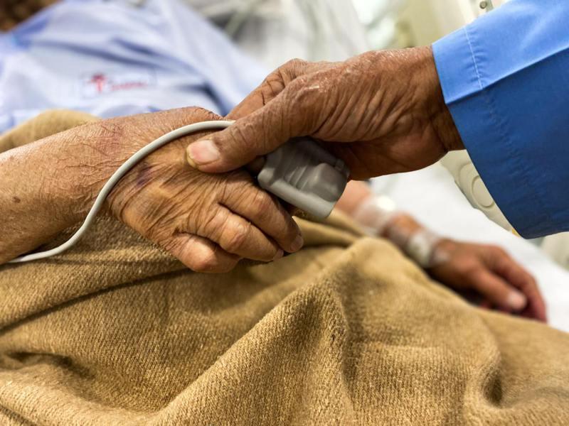 北市士林區一間護理之家爆群聚染疫,超過20位確診,也讓士林區單周確診數超越萬華區。情境示意圖。圖/pexels