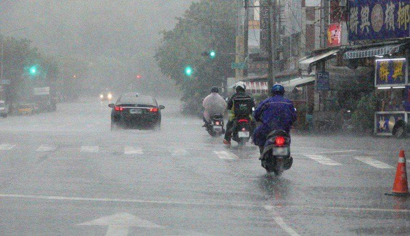 高市今天受到西南風與海陸風輻合影響,上半天平地劇烈降雨,高市氣象站預報21日鋒面再臨。聯合報系資料照片/記者劉學聖攝影