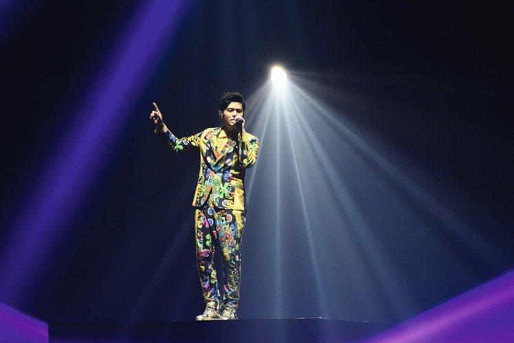 由鬼才設計師Jeremy Scott為周杰倫演唱會設計的服裝,成功為Make-A...