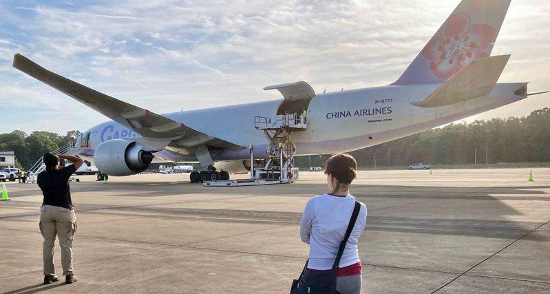 250萬劑莫德納19日出發援台,蕭美琴到場送機。圖/蕭美琴提供