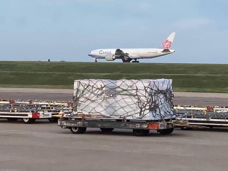 降落曼菲斯機場的華航777貨機。圖/取自蕭美琴臉書