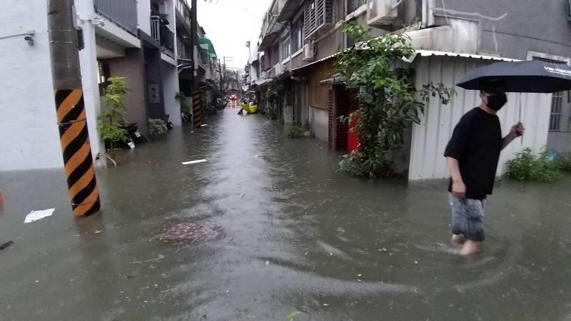 台南永康中華路巷弄傳積水,一度水淹及膝,有約30戶人家受波及,地方懷疑當地排水工程施工影響排水。圖/里長曾文俊提供