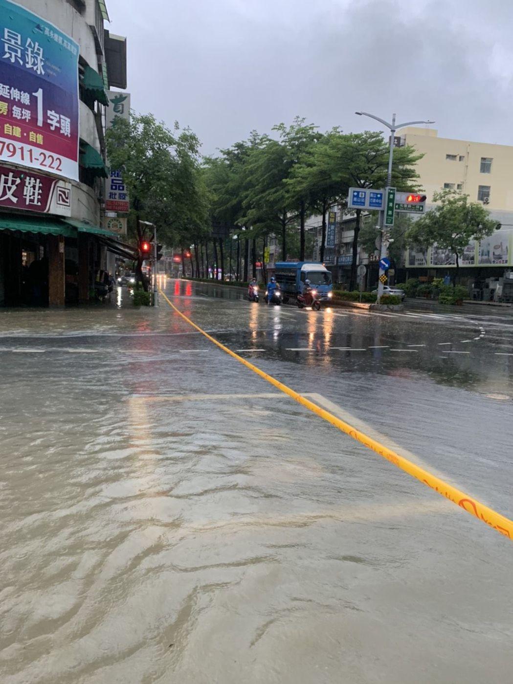 高雄市鳳山區澄清、光復路口積淹水情形。記者邱奕能/翻攝