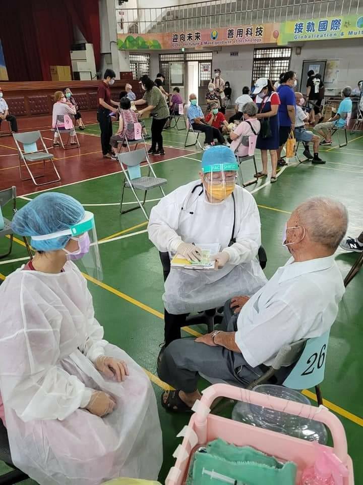 台中大甲宏光診所醫師何鐘德支援疫苗快打站,幫長者施打疫苗。圖/取自醫師何鐘德臉書
