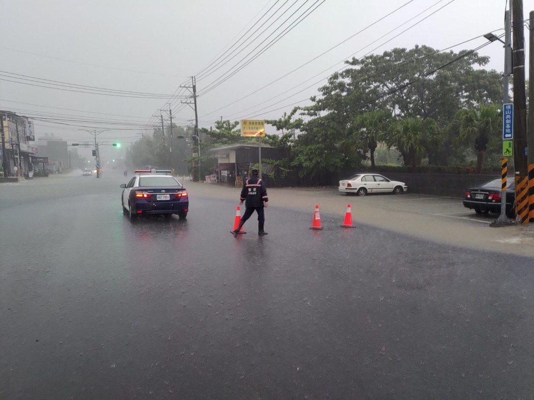 燕巢區3小時累積雨量達113.5毫米,樹科大前傳積水消息,水深達20公分,約半個...