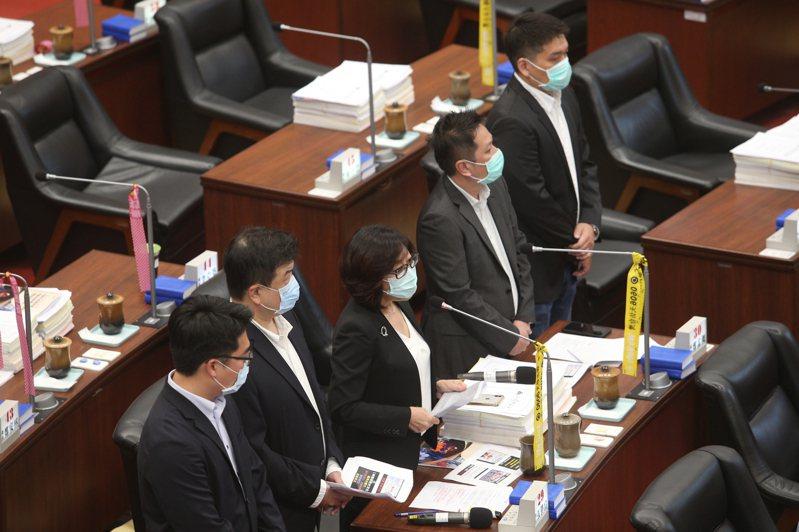 民進黨立委高嘉瑜爆出喬疫苗事件,高雄市議員、民進黨中評會主委康裕成(中)直言,「綠營基層群組炸鍋了」。本報資料照片