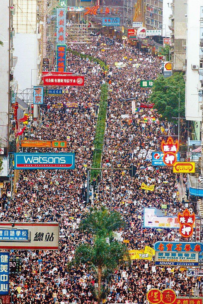 民陣於二○○三年為反對二十三條立法而於七月一日首次主辦遊行,當年人數聲稱達五十萬...
