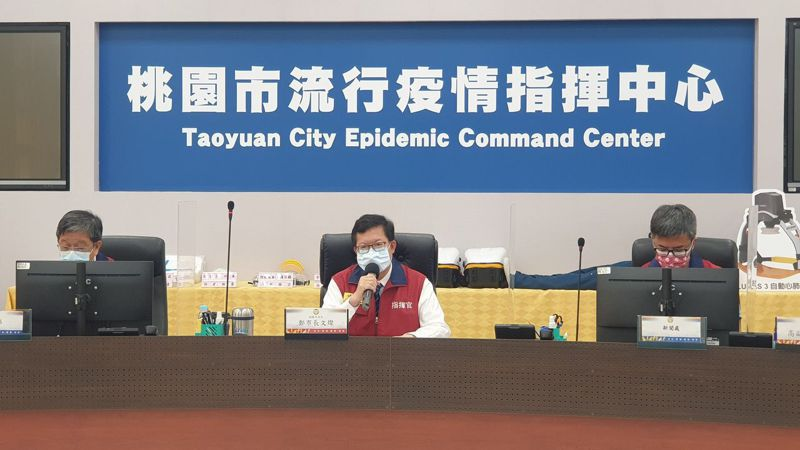 國軍桃園總醫院傳出疑似院內感染事件,市長鄭文燦(中)證實,衛生局長王文彥(中)表示該院4人感染採檢。圖/市府提供