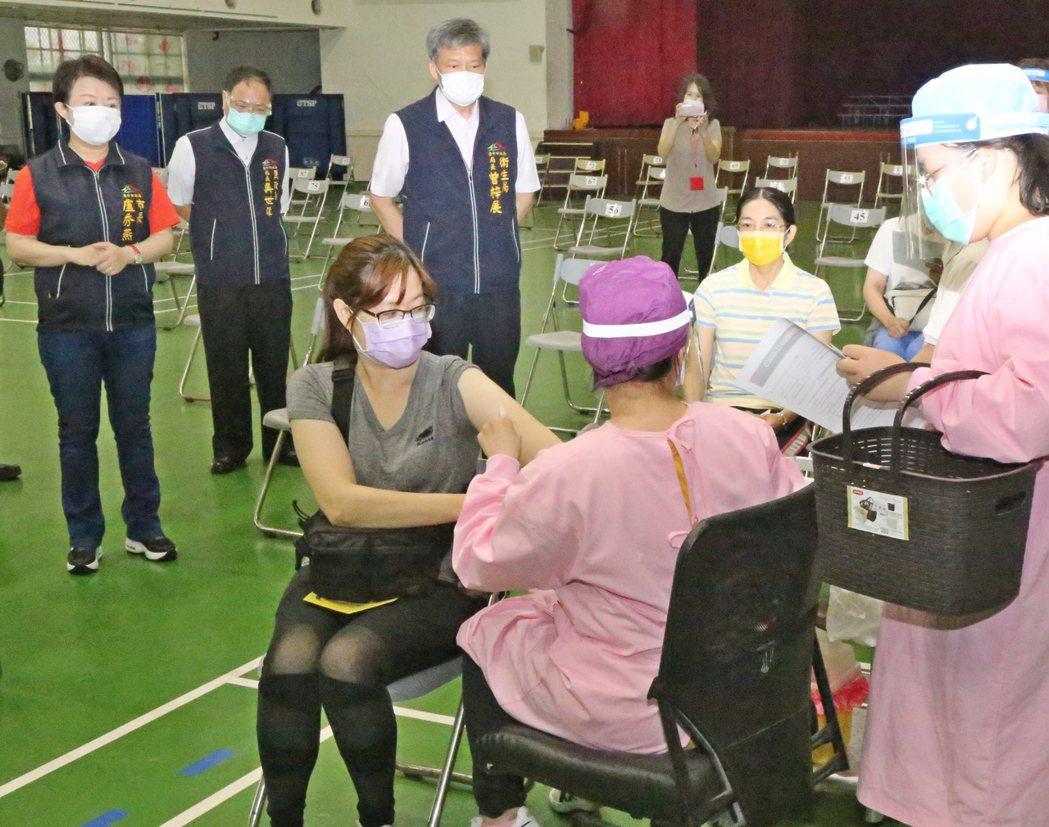 台中市的老人認為,兒孫才是家庭支柱,疫苗應留給青壯者先打。圖/台中市政府提供