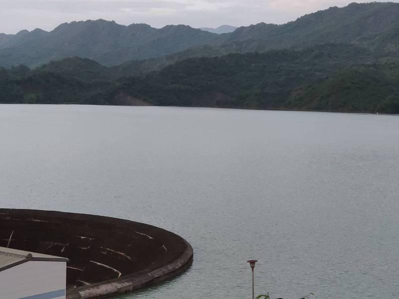南化水庫距離滿水位不到50公分  南水局說,最快今天可能達滿水位而自然溢流。記者謝進盛/攝影
