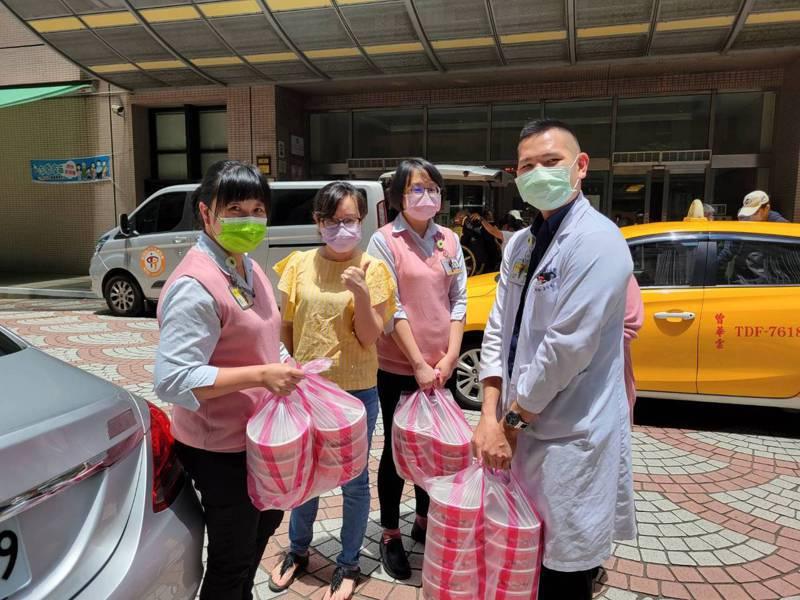 新北市汐止區青農蔡旭志與太太(左2)周周送50份便當給汐止國泰醫院醫護人員。圖/新北市農業局提供