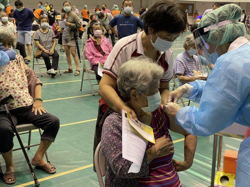 嘉市規畫4600劑給75歲以上長輩預約接種。記者林伯驊/攝影
