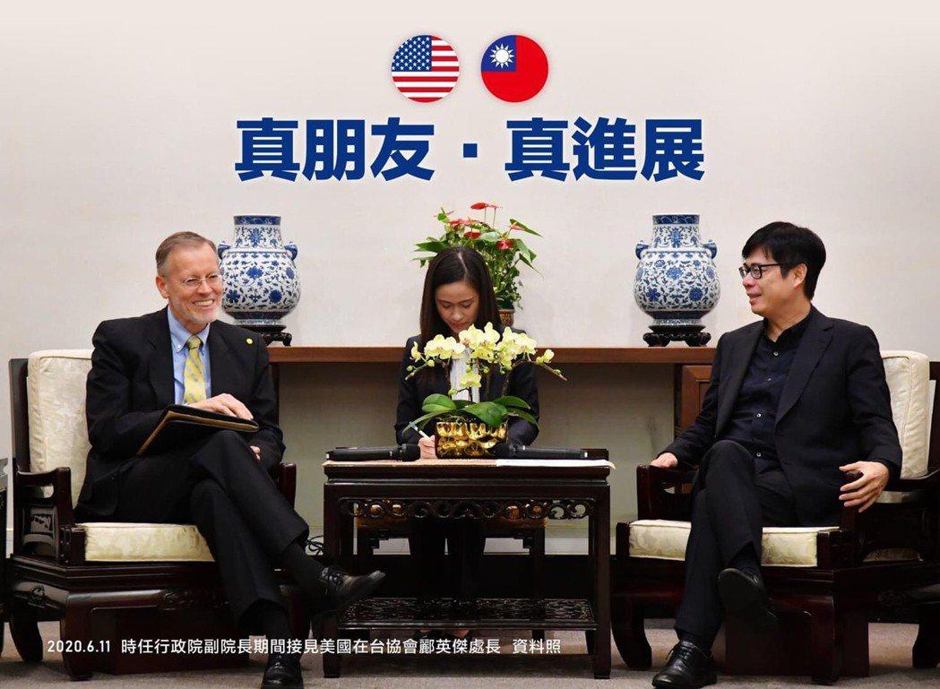 高雄市長陳其邁(右)貼出與AIT前處長儷英傑的合照。圖/翻攝自陳其邁臉書