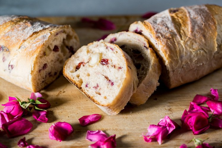 玫瑰洛神法式麵包。圖/Sinasera 24提供